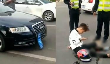 男子被轿车撞断腿 现场坐地淡定按手机