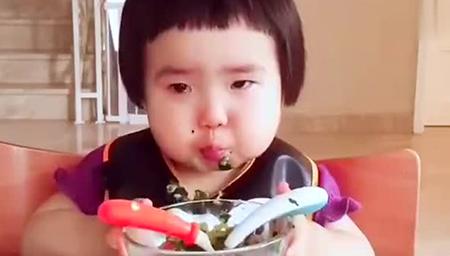 一岁八个月大的小蛮驾驭不了煎牛舌