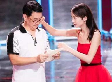金晨一身红裙与爸爸共舞 台上感动拥抱