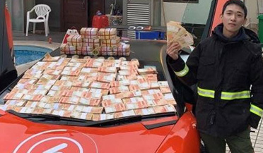 男子闹市撒20万现金引疯抢