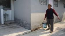75岁老太义务清洗公厕15年:方便大家也方便自己