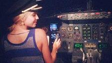 机长执飞时让艳星坐大腿