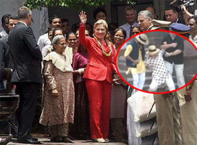 希拉里在印度参观宫殿连续两次滑倒