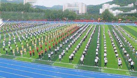 1200名学生齐跳C哩C哩