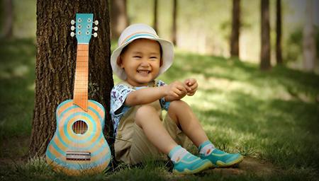 这萌娃宝宝长大还得了啊,这吉他玩得溜溜的