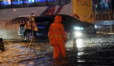 北京遭遇暴雨天气部分道路积水达1.2米
