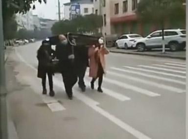 四人抬麻将桌游街?
