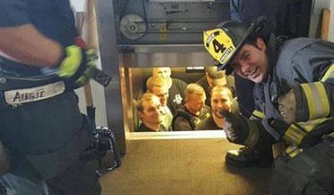 美12名警察被困电梯内