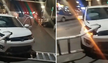 小车深夜发生车祸 引擎盖上插着一截护栏