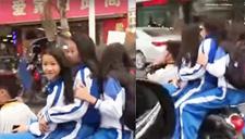 小学生蹲骑摩托载3女生