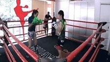 泰拳美女假扮文静 搏击台抱摔两壮汉