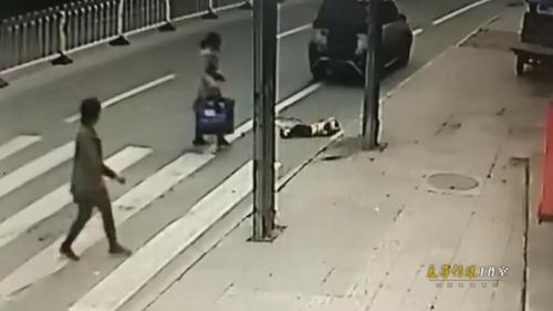 监拍小男孩过马路被二次碾压 肇事司机见人多才下车救助