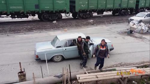 实拍俄罗斯一小轿车装17人 网友全看傻眼