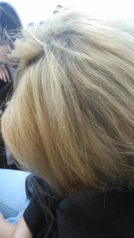 现在已经有点发黄了,染了大概半个月了吧,新头发长出来了,很想图片