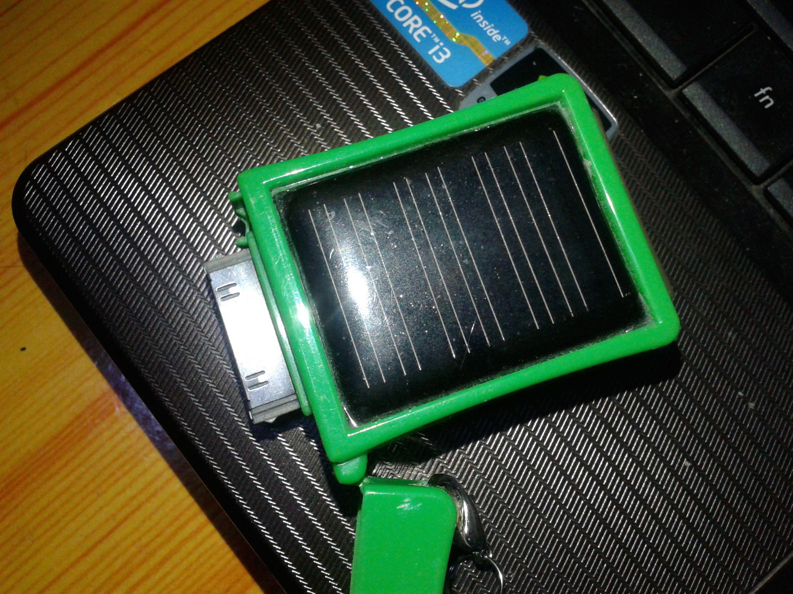 盒上有个太阳能电池片,有个不知什么接口,里边还有一块锂电池!图片