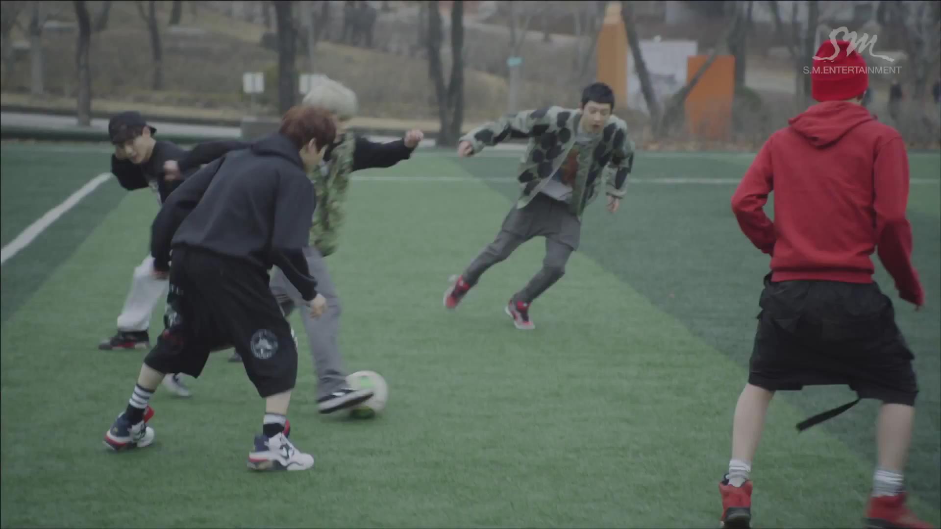 求exo在狼与美女里踢足球的那张照片
