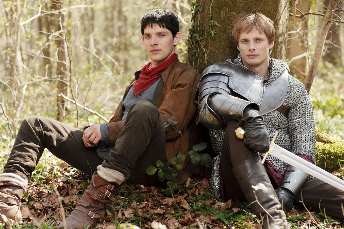 求这张梅林传奇中两男主靠在树上的图的清晰大图,用做图片