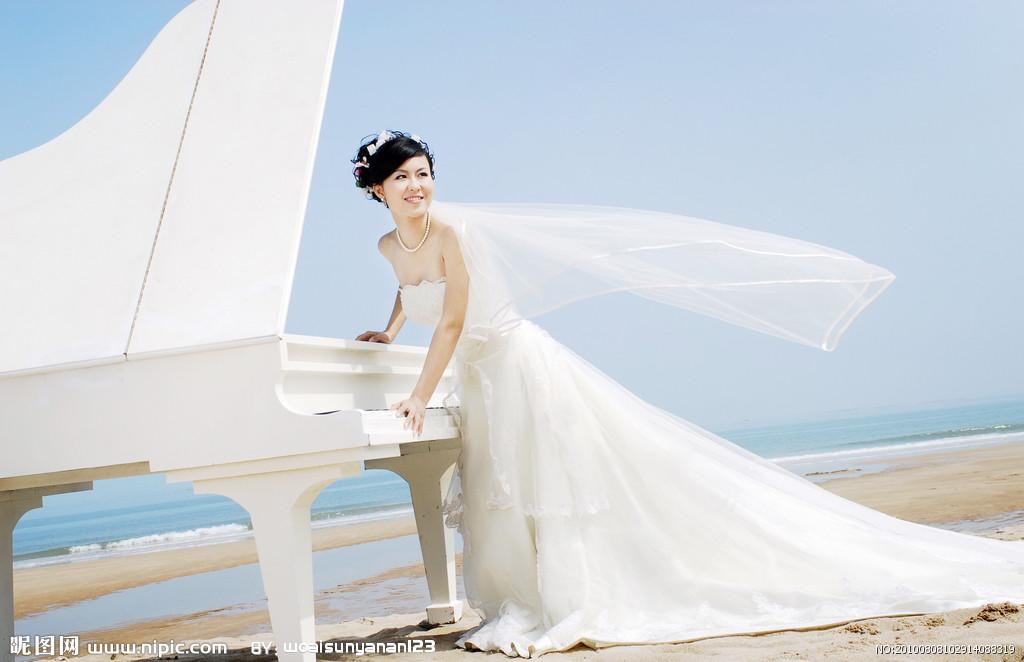 跪求一张钢琴气质美女的图片壁纸