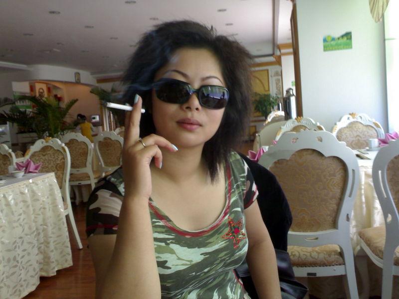 给我一张女人抽烟的图片