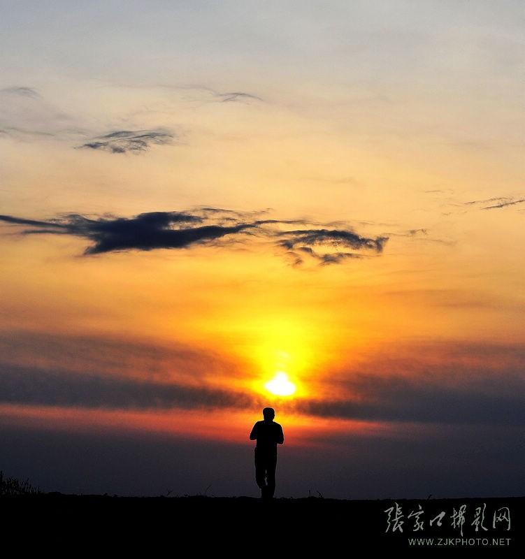 快给我一张男生迎着朝阳奔跑的唯美大图 谢谢图片