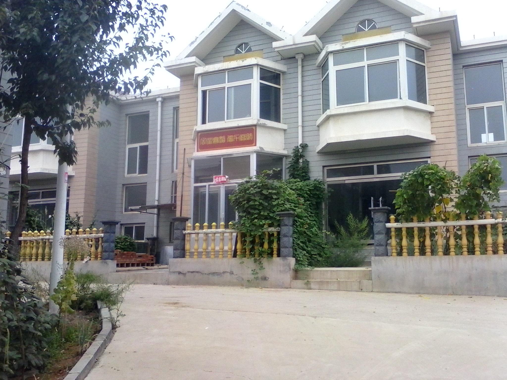 我家是东户,两家为一排,房子后面是对齐的我家西户楼房比我家宽一米