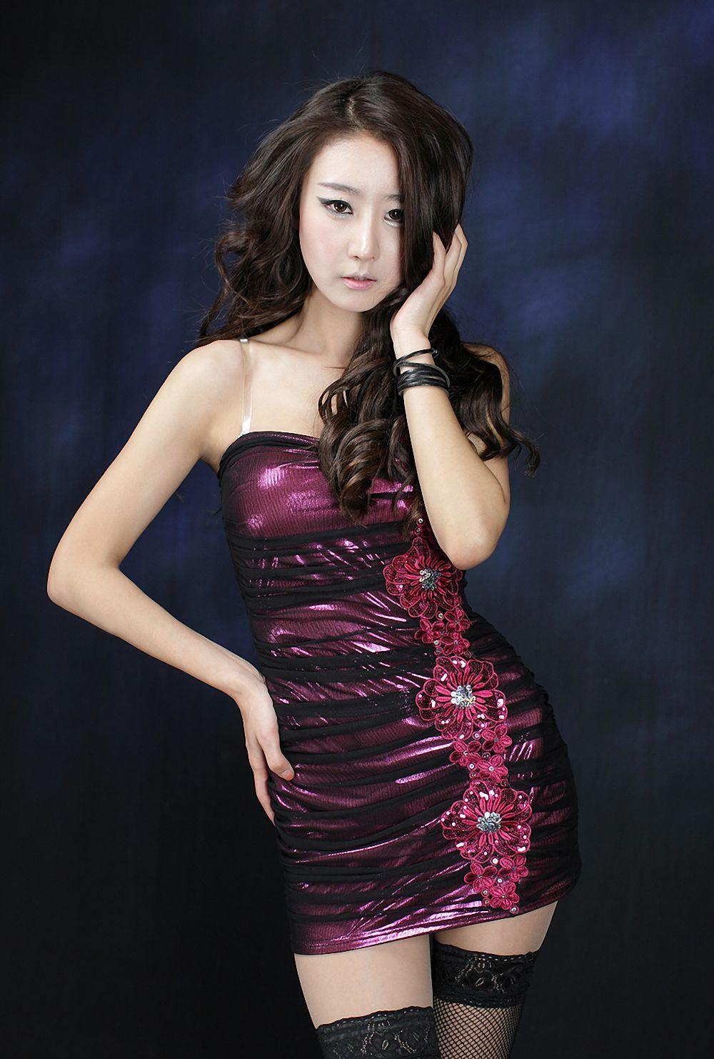 紫色衣服美女背景图片
