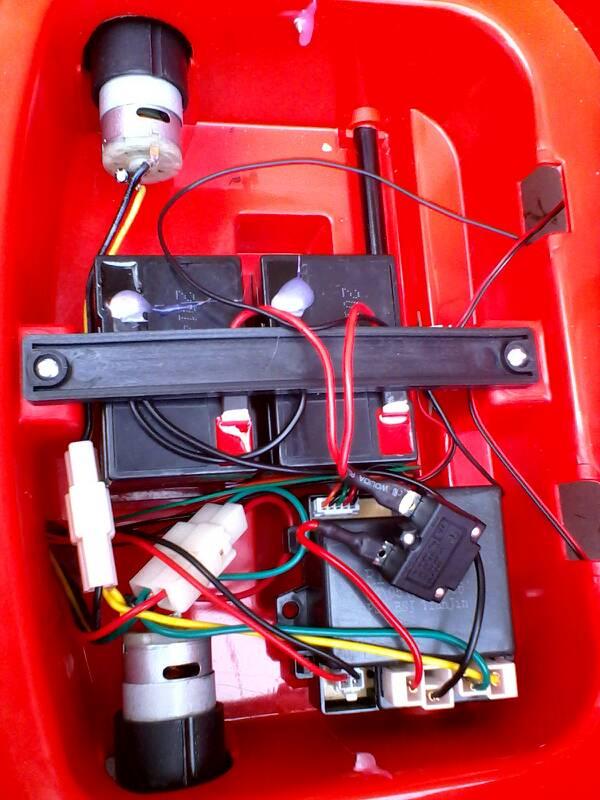 儿童电动童车hp-5188的遥控接收器我想拆了!可是不知道在哪里!