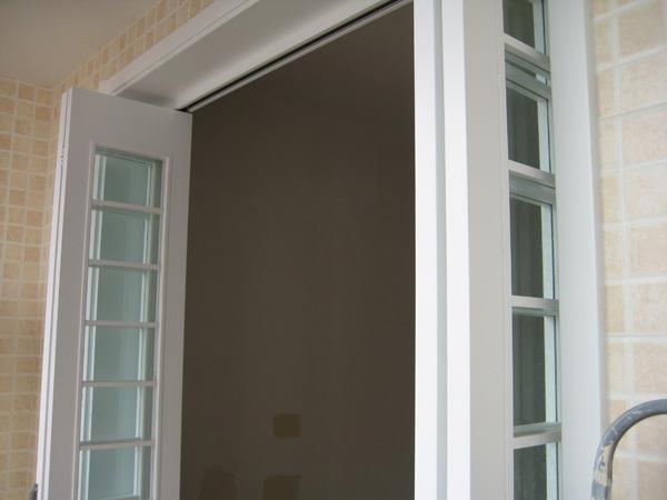 我想做阳台折叠门,谁知道是钛镁合金的好还是密度板图片