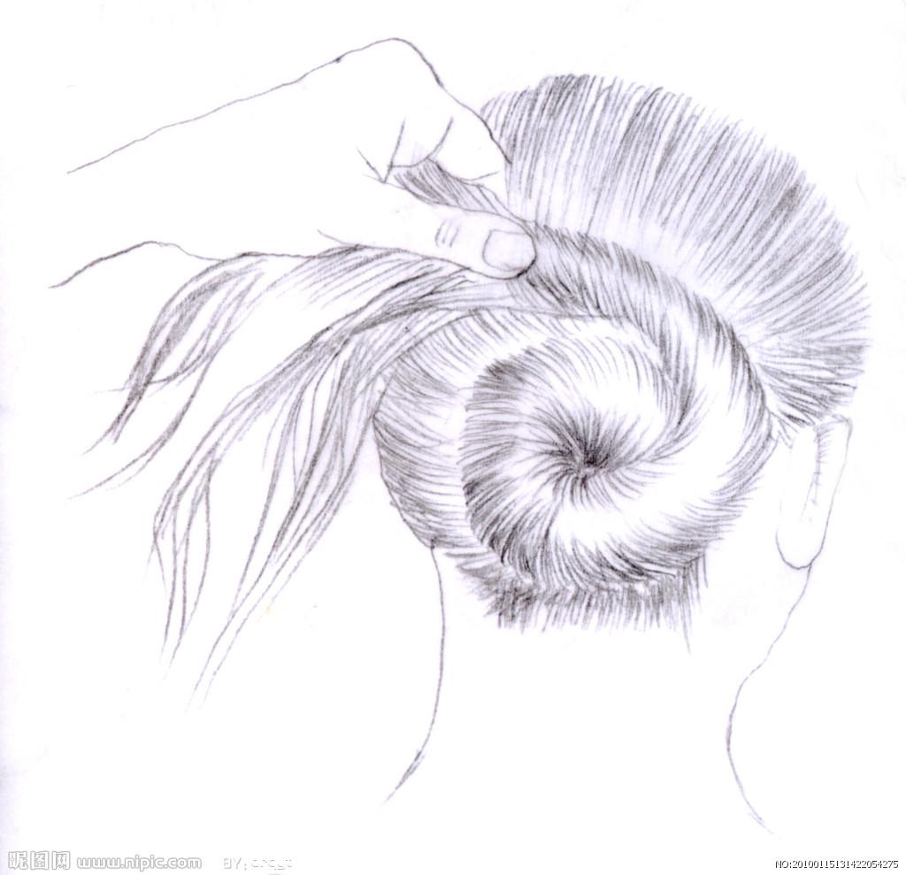 铅笔起一个轻一点的头的轮廓然后按照轮廓和自己所想话的发型一点一点图片