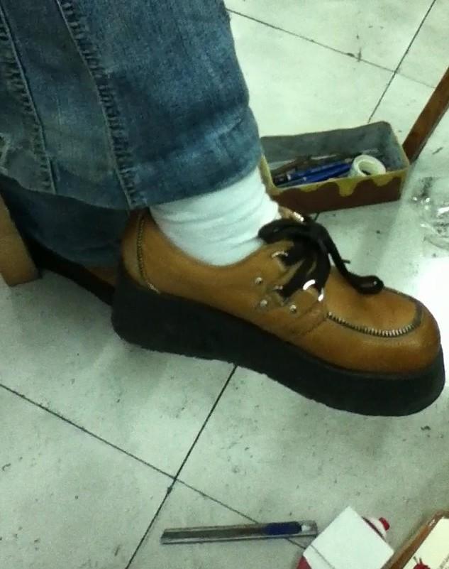 闻穿白袜子女生的脚-挠白袜美女脚图片