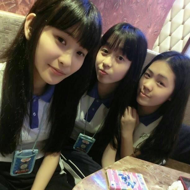 求一张照片. 三个女孩子穿着深圳校服的图片