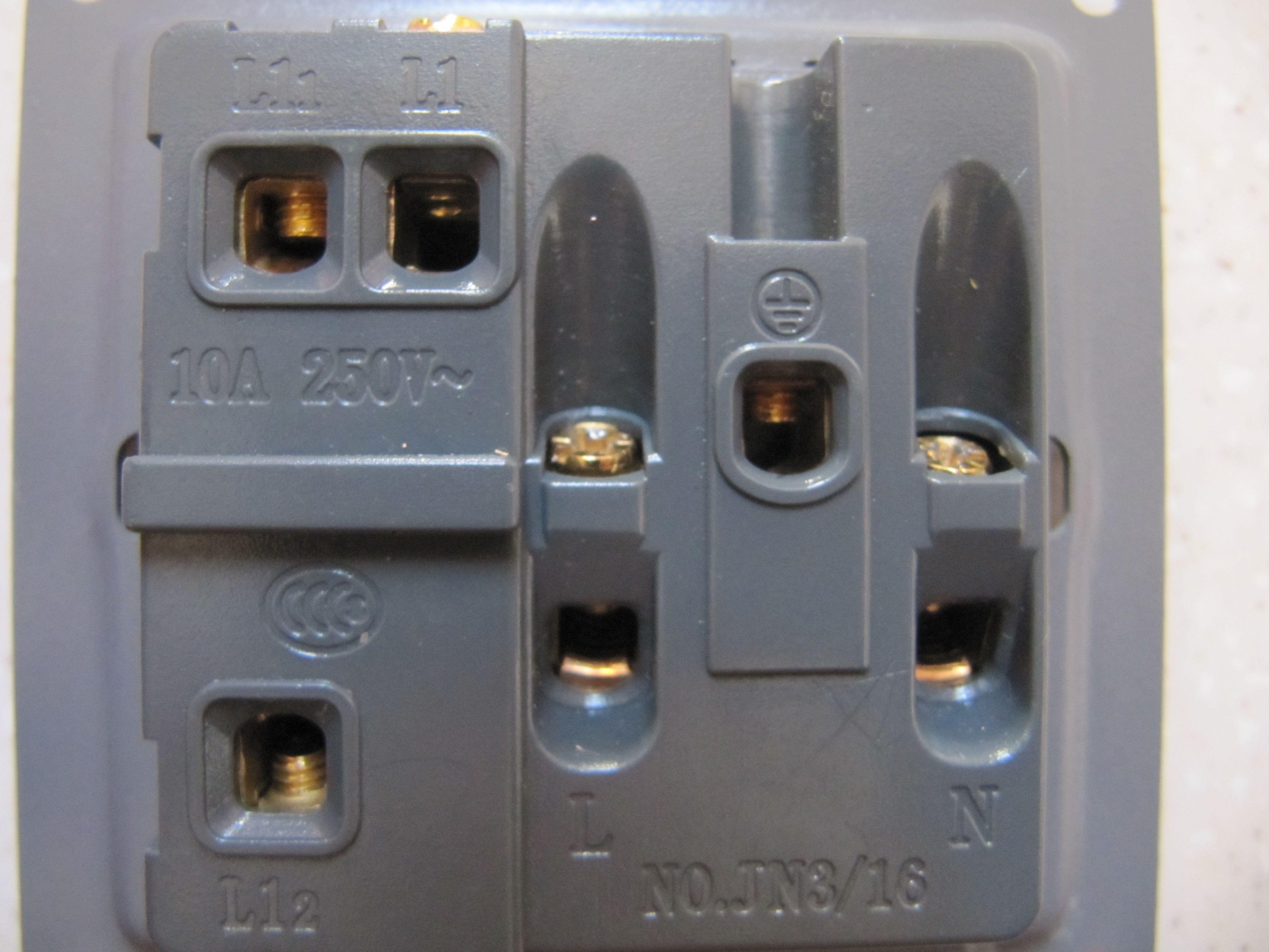 双控插座,一个开关控制灯另一个控制插座,怎样接线?图片