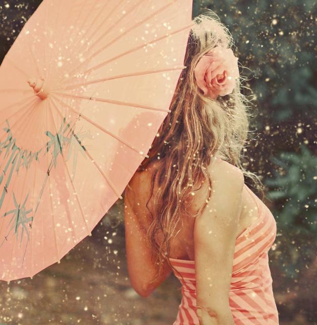寻找一个美女撑伞背影的qq图片做头像