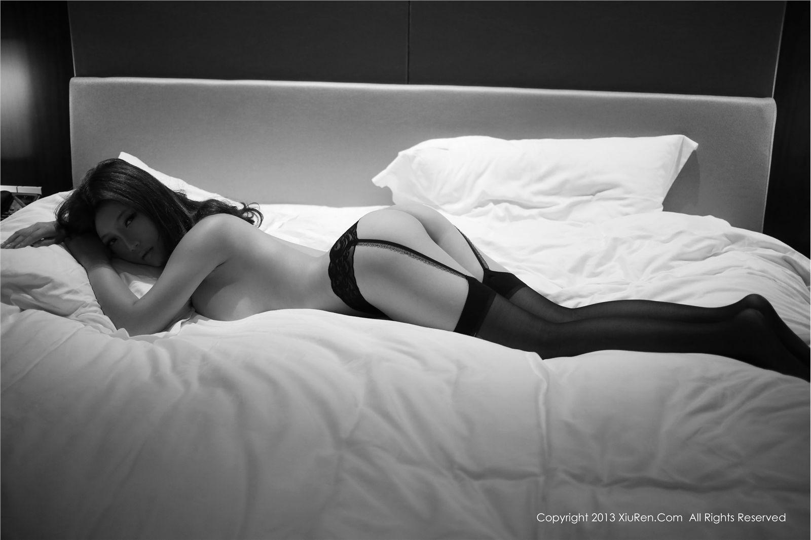 qq空间背景图片1280x822性感横躺美女图不要拼图