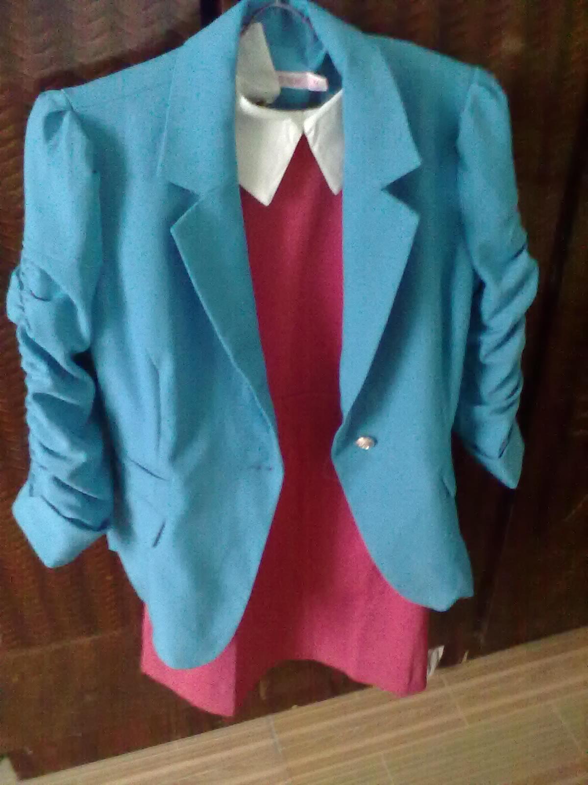 深蓝色配枚红色_湖蓝色衣服可以配玫红色裙子吗?