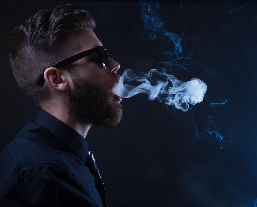 求一张男生四十五度仰望天空吐烟的照片,qq表情的那种