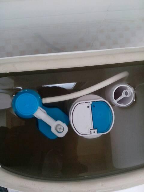我家马桶冲水后注水,注水停止后还继续少量冲水,水位下降后又补充注水图片