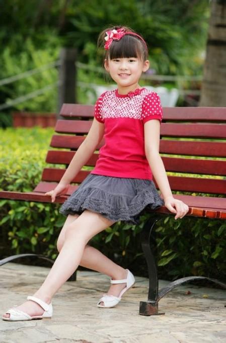 女童光脚穿凉鞋图; 女生赤脚穿凉鞋