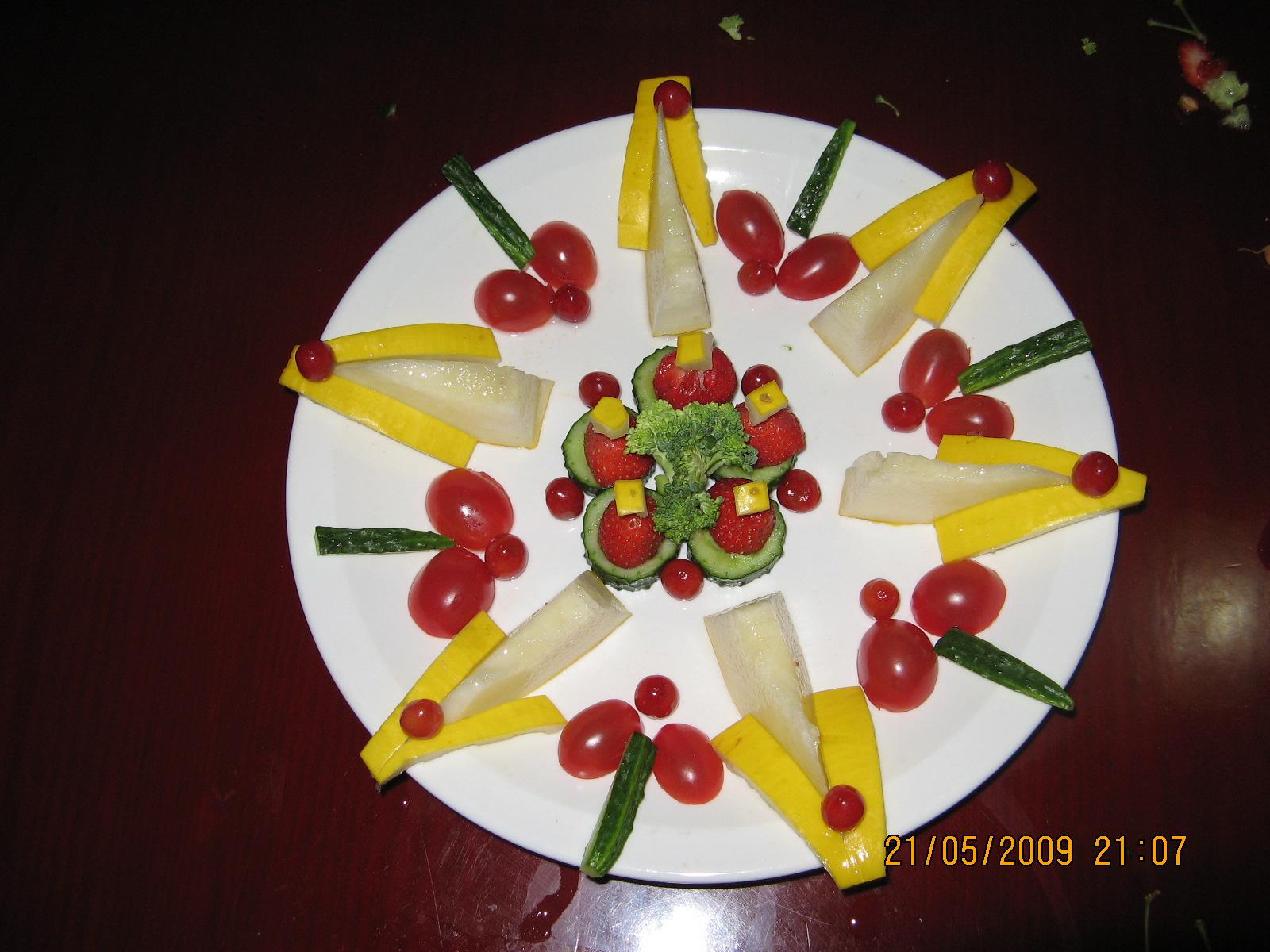 制作水果拼盘:柠檬,奇异果,香蕉,小番茄,火龙果图片