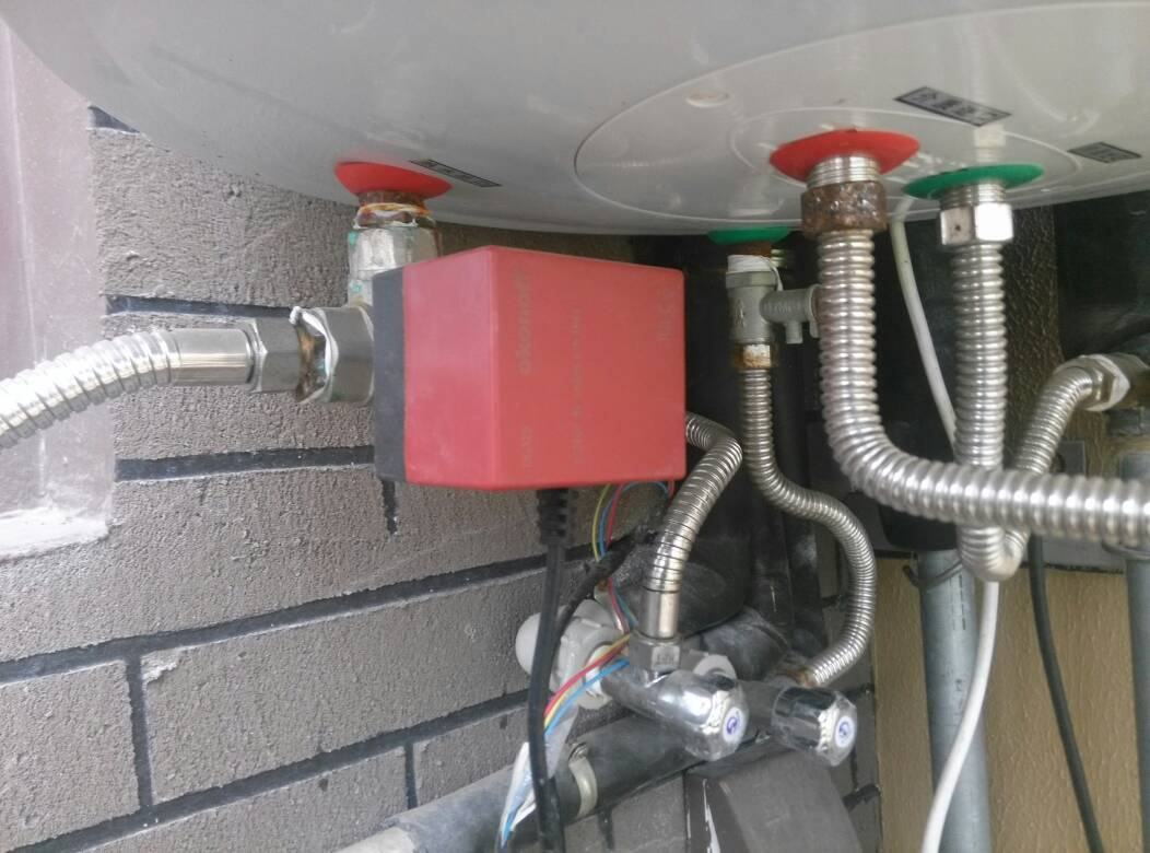 太阳能热水器和燃气热水器共用一个花洒,使用燃气热水图片