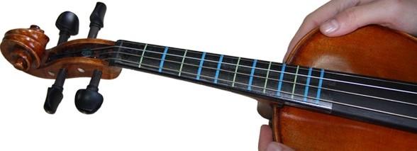 请问贴上小提琴指板把位贴以后,每根弦在每根线的位置图片