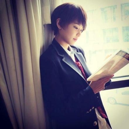 求一张少女时代崔秀英短发靠窗的照片,场景有些忧郁的图片