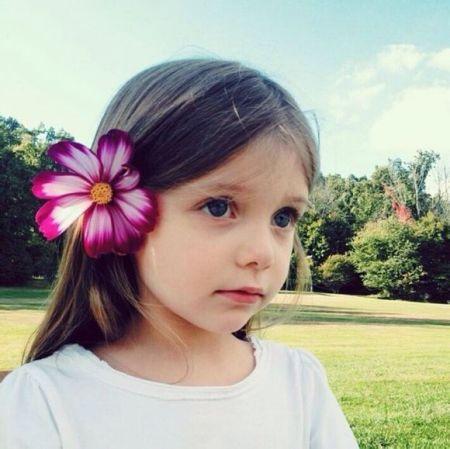 可爱外国小女孩头像头上有朵红花