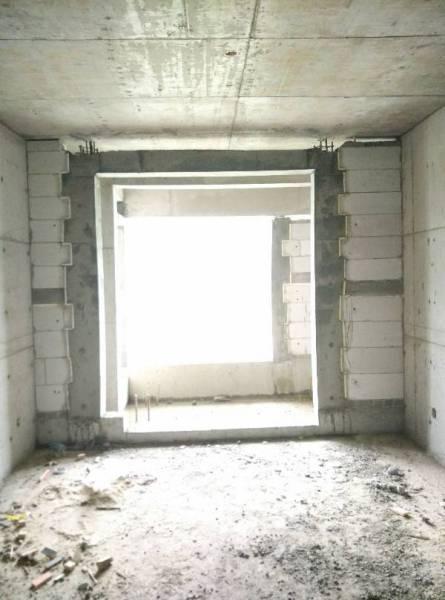 装修想把阳台和客厅门框打通掉,不知道这个门两边水泥可否去掉对房子