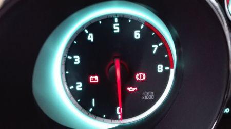 汽车机油指示灯刹车时候亮了一下又灭了