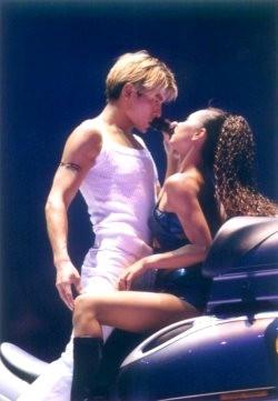 想知道刘德华哪年的演唱会穿着一个白色的裤子和一个图片