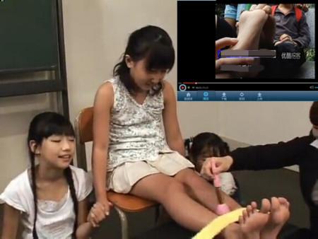 挠小女孩脚心的视频
