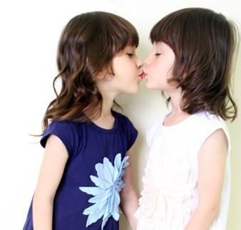 两个小女孩亲吻的图片