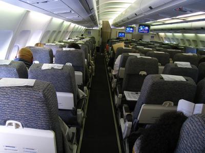 航班空客a340-600有没有每个座位前面的独立小电视图片