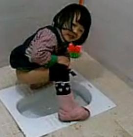 猜猜这个小女孩是在拉尿还是拉屎?说明理由!